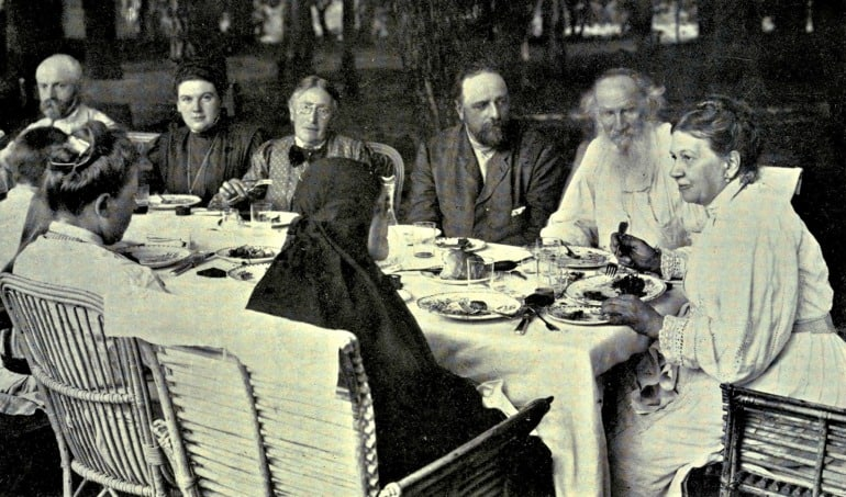 Tolstoy_family_circle_at_Yasnaya_Polyana
